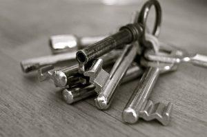 引き戸にも対応する後付けタイプの電子錠